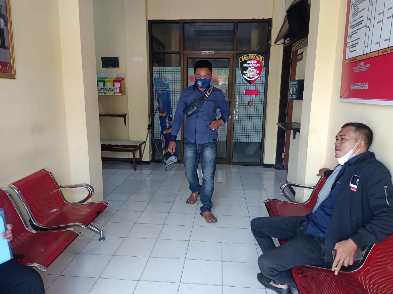 DIMINTAI KETERANGAN: Ahmad Suhrim (36), saat dipanggil penyidik Polres Situbondo.
